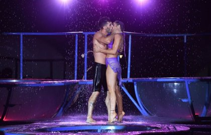 Sube la temperatura del plató de 'Bailando' con el apasionado beso de la actriz Jimena Barón y su pareja de baile
