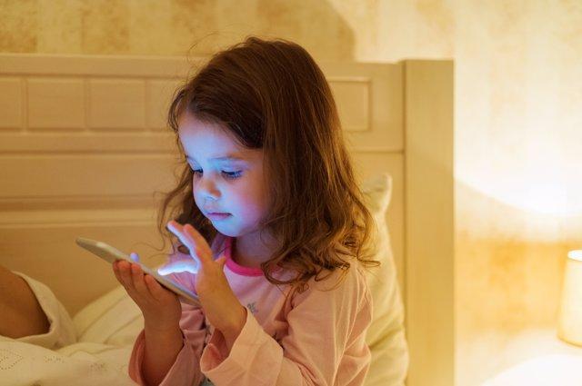Muchos menores usan su móvil la noche antes de ir al colegio.