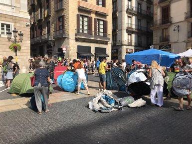 L'acampada independentista torna a instal·lar una vintena de tendes a la plaça de Sant Jaume (Europa Press)