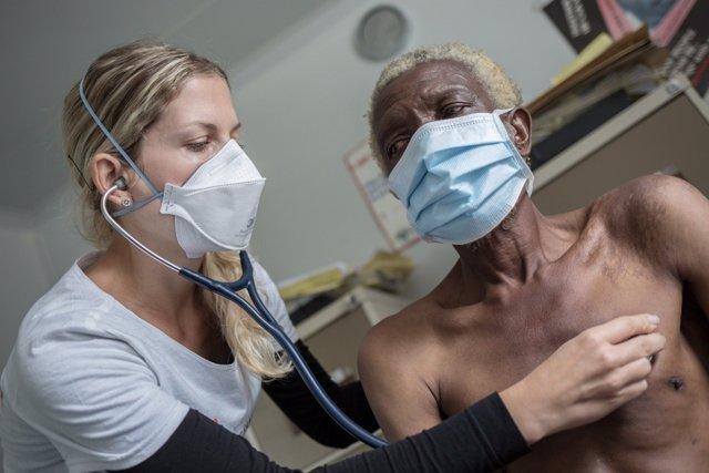 Enfermera atiende a paciente con tuberculosis