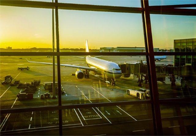 Ávión En Aeropuerto