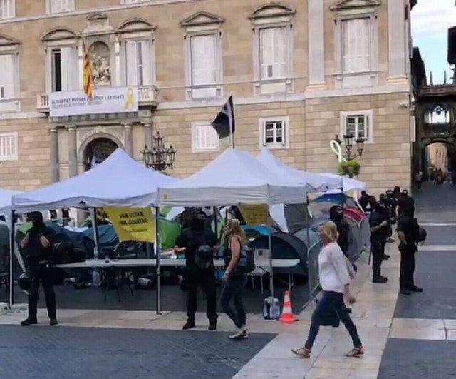 Mossos en la acampada independentista de Barcelona