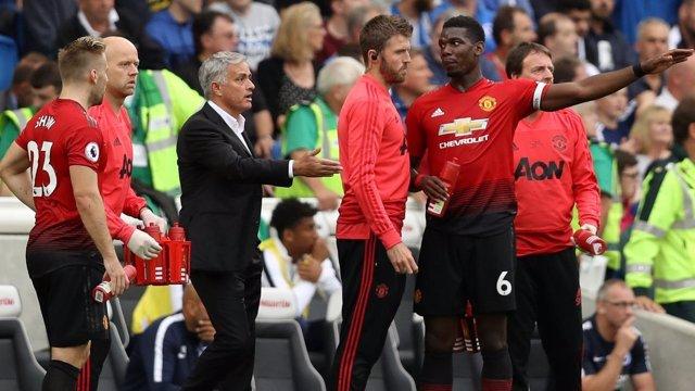 Jose Mourinho y Paul Pogba discutene en el Manchester United