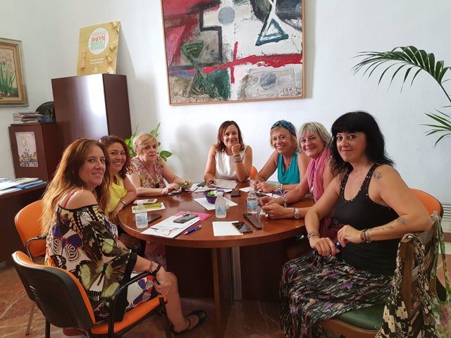 Guijarro (centro), en la reunión Plataforma contra la Violencia a las Mujeres