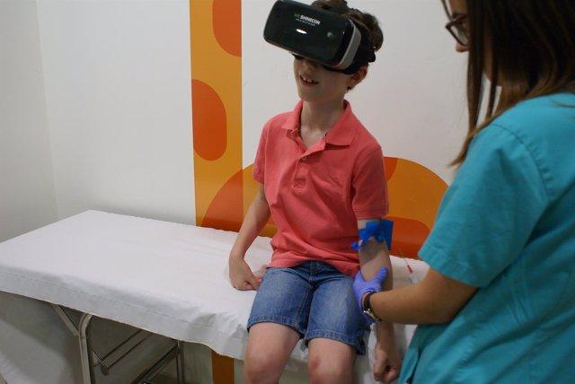 Un niño con gafas de realidad virtual