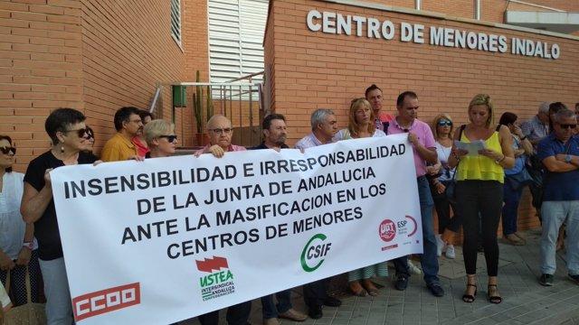Protesta por la masificación de los centros de acogida de menores