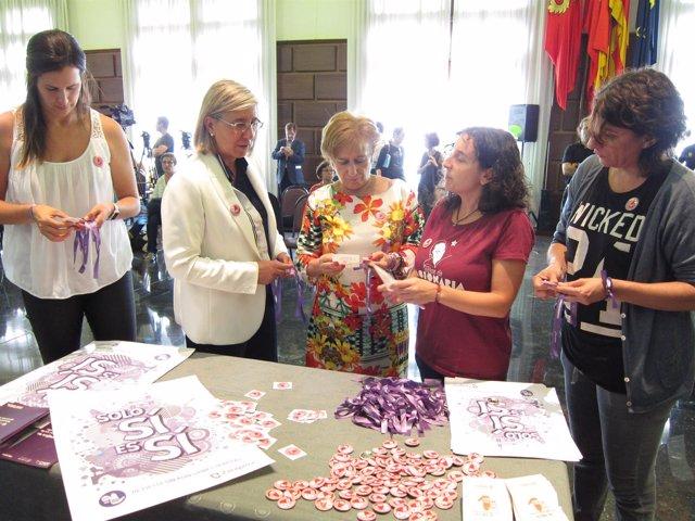 Las concejalas han mostrado los materiales de la campaña 'Solo Sí es Sí'