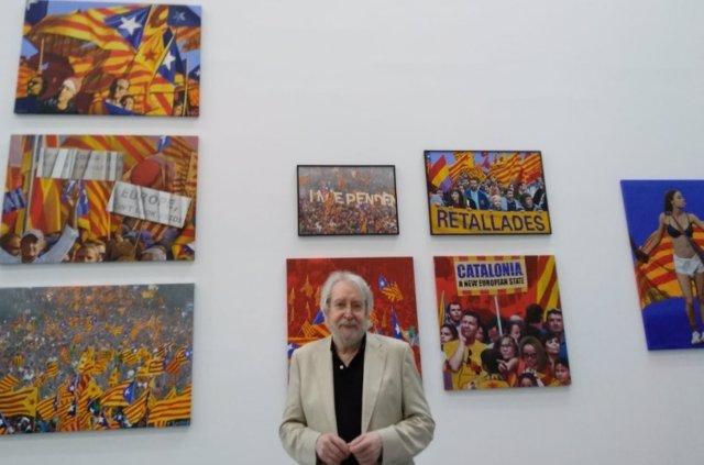 El artista Antoni Miró ante algunas de las obras de la exposición
