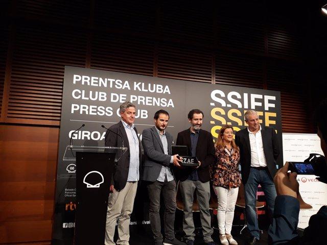El equipo de 'Handia' recoge el premio EZAE