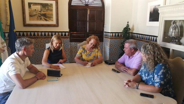 La alcaldesa de Alcalá de Guadaíra reunida con una asociación de vecinos
