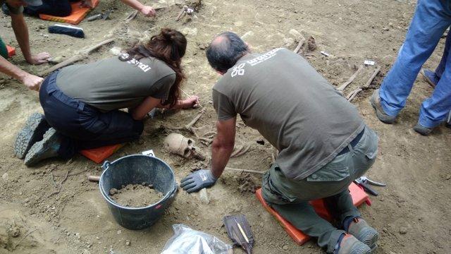 Restos morales desenterrados en Etxalaz