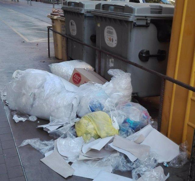 Tàrrega (Lleida) multa a un comercio por dejar plástico y cartón fuera