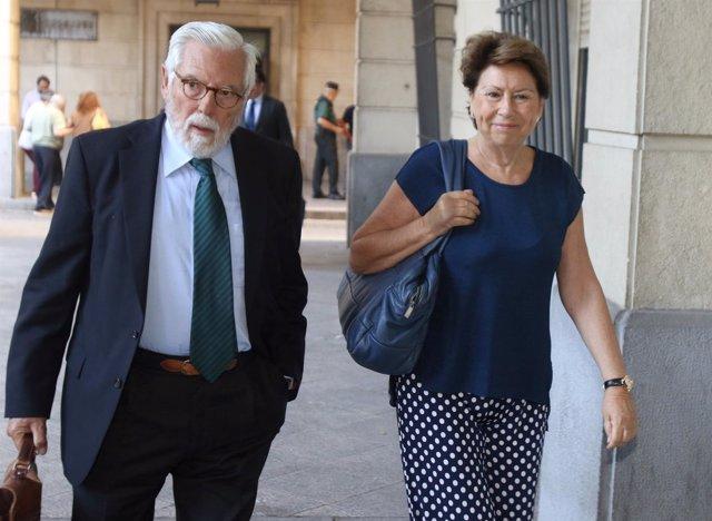 El perito Juan Ramallo junto a Magdalena Álvarez acuden al juicio de los ERE
