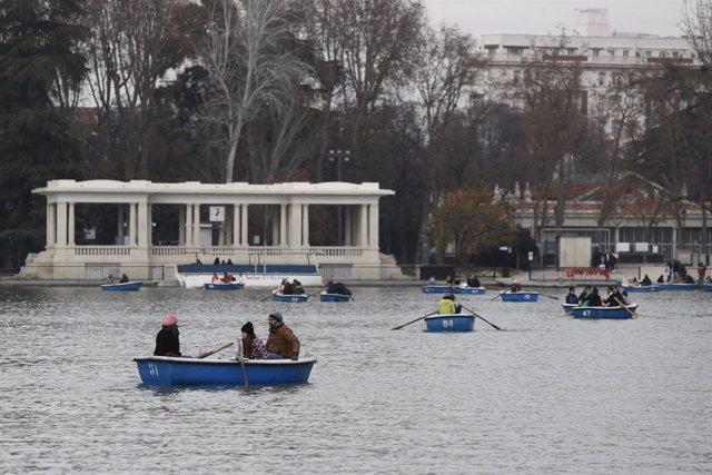 Familia, familias, padres, madres, hijos, hijas, parque de El Retiro de Madrid
