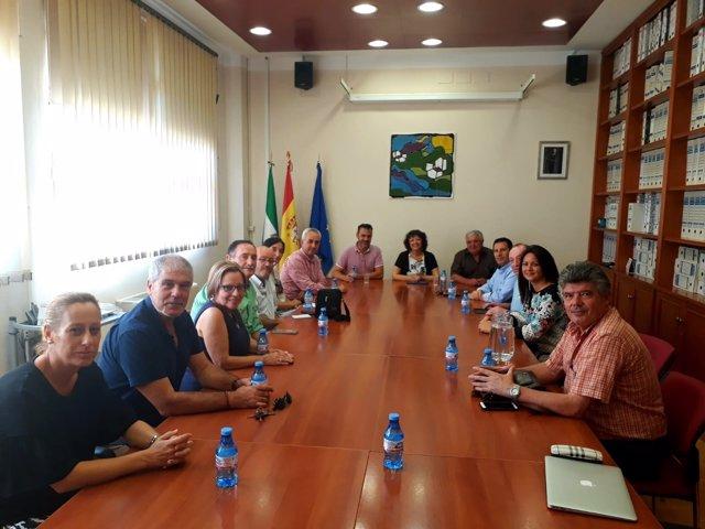Valenzuela (centro), durante el encuentro mantenido con los alcaldes
