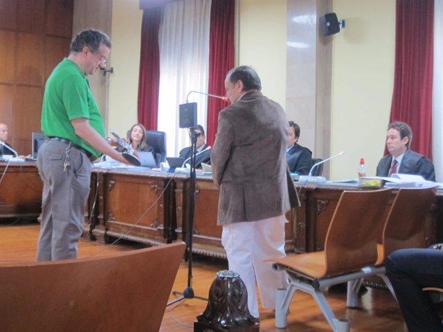 Momento del juicio en el que se enseñan el arma al acusado