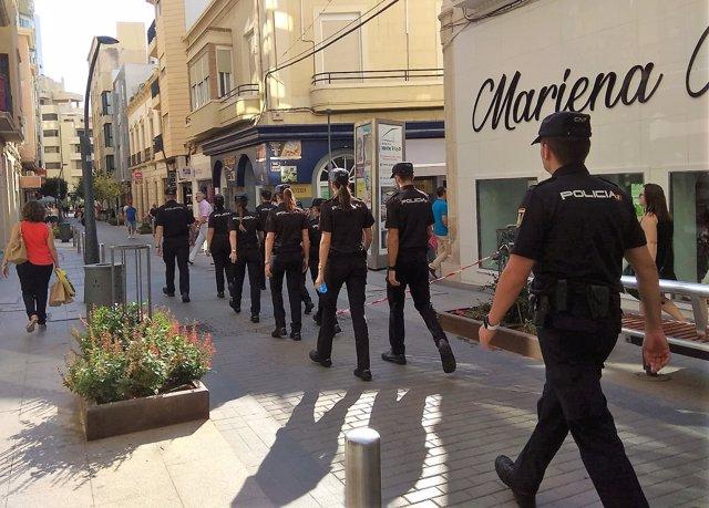 Un grupo de agentes de Policía Nacional camina por el centro de Almería