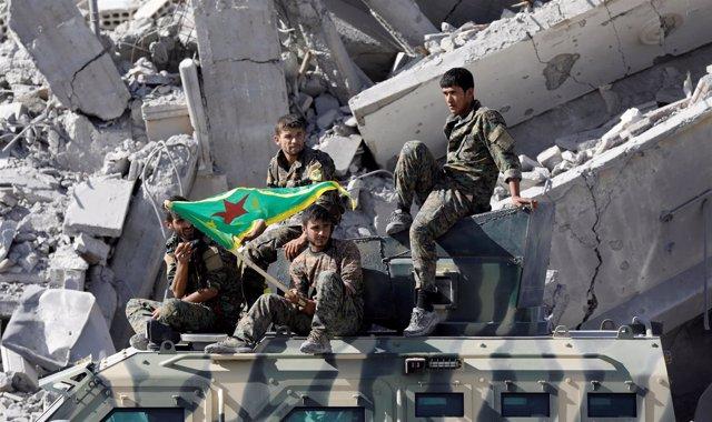 Combatientes de las Fuerzas Democráticas Sirias tras la liberacion de Raqqa