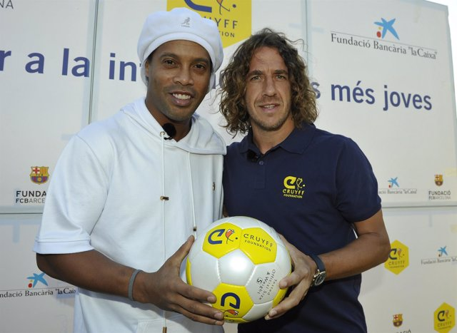 Ronaldinho y Puyol en el Cruyff Court Les Roquetes