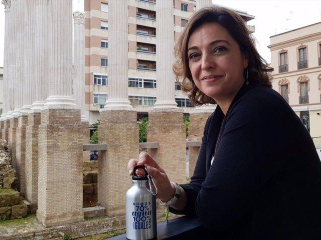 Isabel Ambrosio con una botella de Emacsa