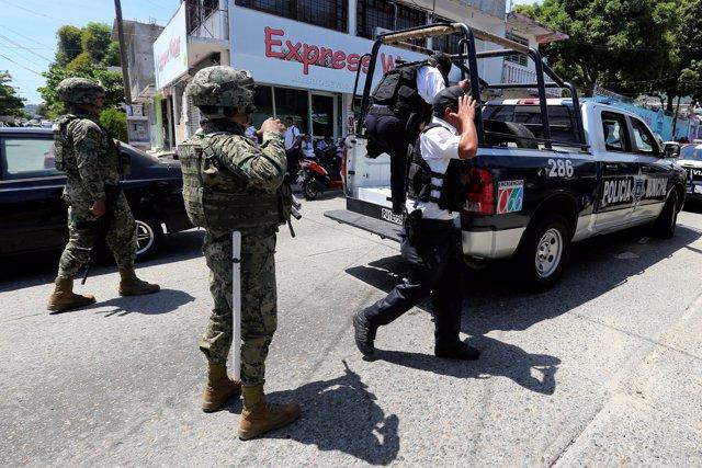 Marines mexicanos escortan a los policías detenidos