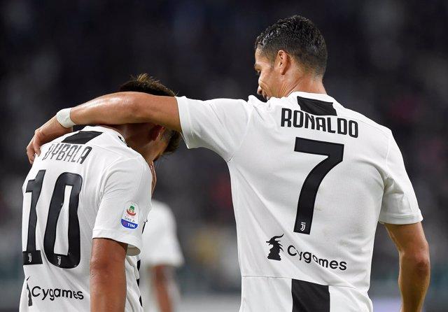 Dybala y Cristiano se abrazan tras un gol de la Juventus