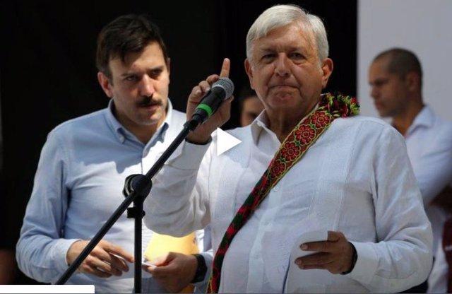 López Obrador en un mitin en La Paz