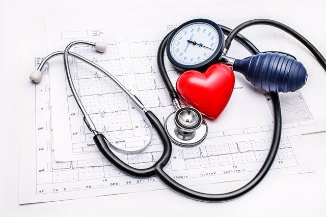 Hipertensión, fonendoscopio, corazón, electrocardiograma