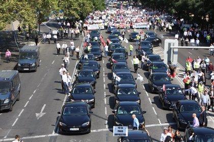 El Gobierno cede hoy a las CC.AA la regulación de firmas como Uber en plena guerra con el taxi