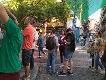 Rita Maestre y otros miembros de Podemos se unen a la concentración que trata de parar el desahucio de Argumosa, 11