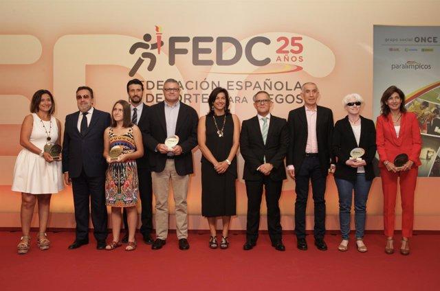 Rienda, Carballeda y Gómez con los premiados en la Gala de la FEDC