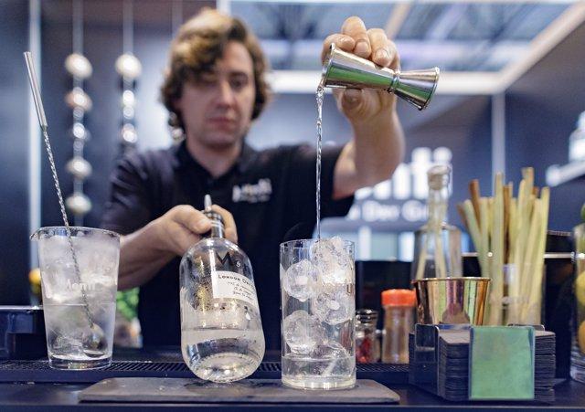 Barman preparando un cóctel