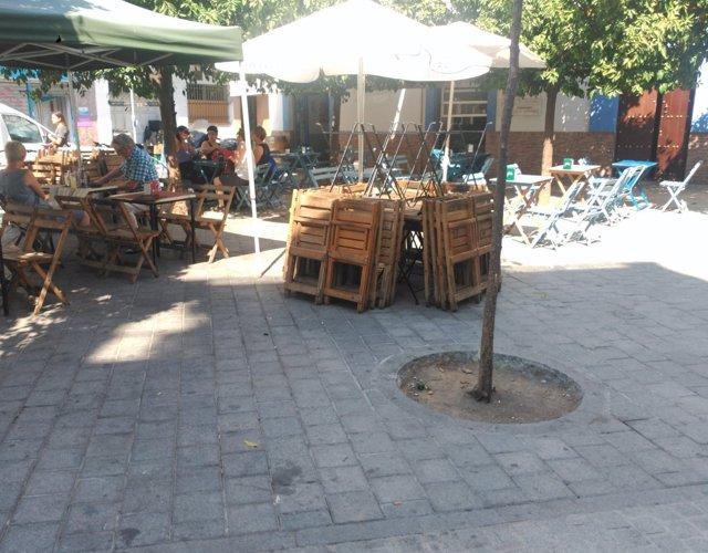 Sillas y mesas retiradas en la Plaza de los Terceros