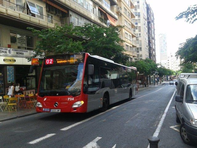 Un autobús circula por la rambla en dirección a Alfonso el Sabio