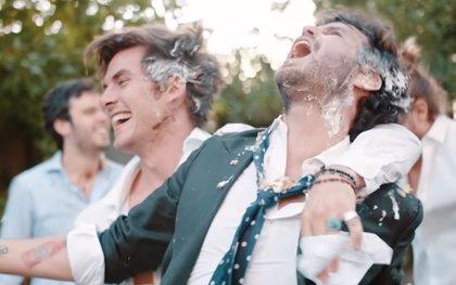 DVicio y Taburete pierden los papeles en un desparrame de boda en su colaboración '5 Sentidos'