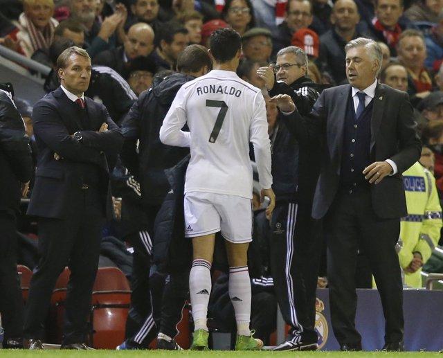 Ancelotti en el momento en que cambia a Cristiano Ronaldo en Anfield
