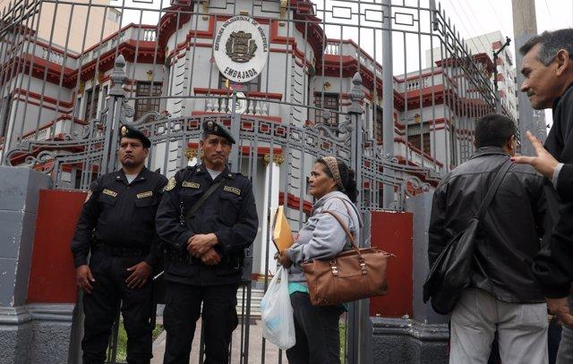 Migrantes venezolanos ante la Embajada de Venezuela en Perú.