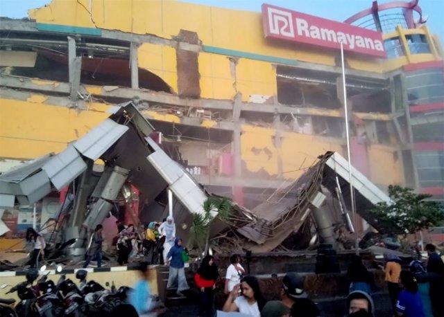 Un centro comercial afectado por el terremoto en Palu, Indonesia