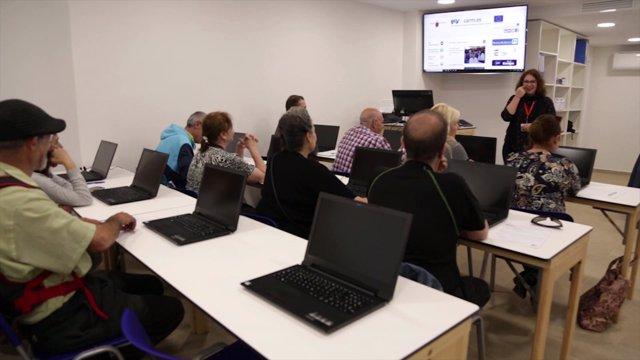 Personas usuarias del Centro de Empleo y Formación durante una clase