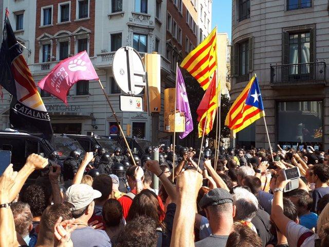 Concentraciones de independentistas y policías nacionales de Jusapol, Barcelona