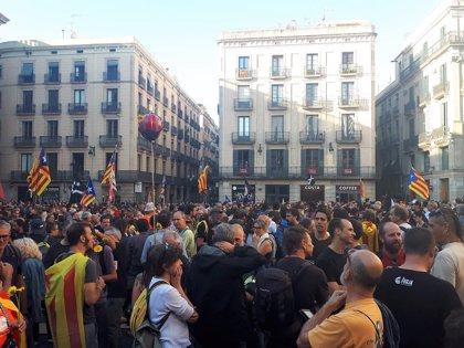 Las imágenes más destacadas de la manifestación independentista y de la de policías de la plaza Sant Jaume (Barcelona)