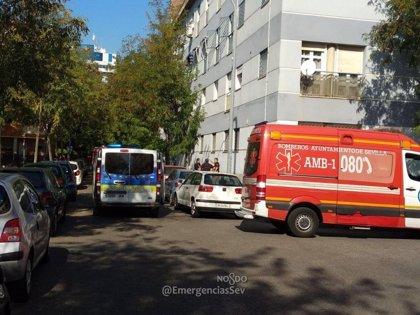 Evacuadas al hospital dos personas intoxicadas por humo tras un incendio de vivienda en Sevilla