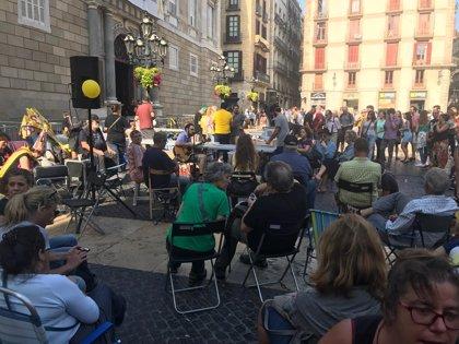 """Acampada per la Llibertat sigue su """"movilización permanente"""" en plaza Sant Jaume hasta el 1-O"""