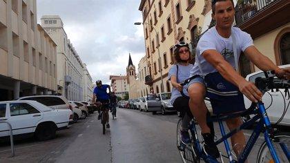 El PSOE recorre Melilla en bicicleta junto a una asociación para conocer los problemas de los ciclistas