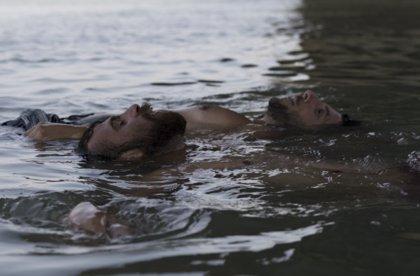 'Entre dos aguas' gana la Concha de Oro en una edición reivindicativa que también reconoce a 'Rojo'