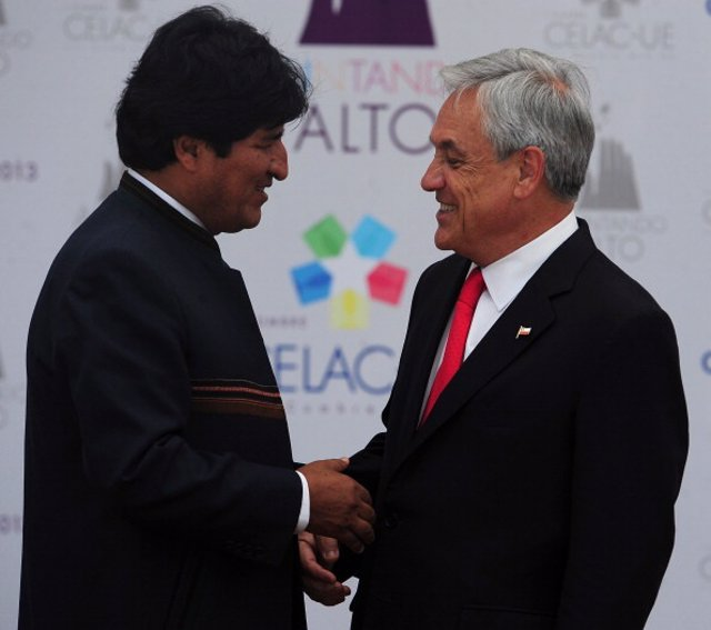 Bolivian President Evo Morales (L), is welcomed by Chilean President Sebastian P