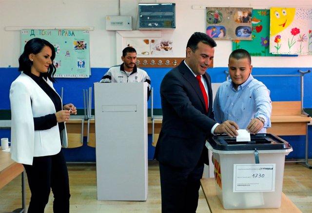 Zoran Zaev vota junto a su familia en el referéndum