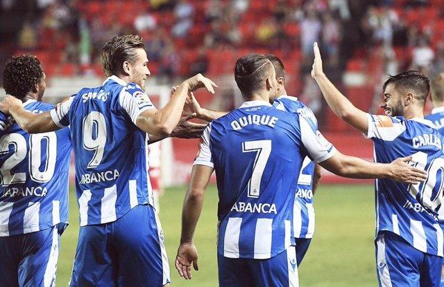 Los jugadores del RC Deportivo de La Coruña celebran un gol