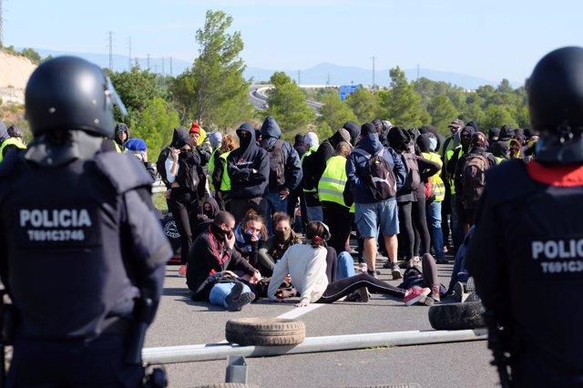 Los CDR cortan la autovía AP-7 cerca de Hospitalet de Infant en la provincia de Tarragona por el aniversario del 1-O