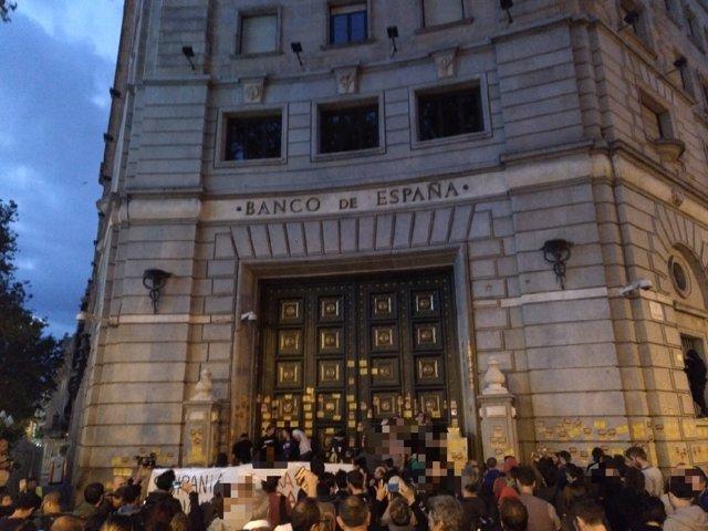Miembros de los CDR se concentran frente al Banco de España en Barcelona